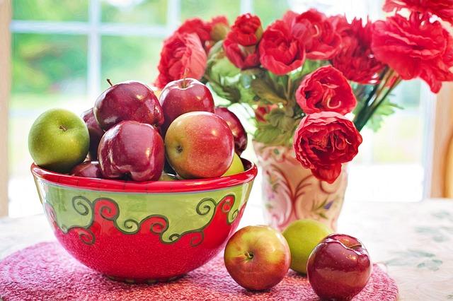 jablka u květiny