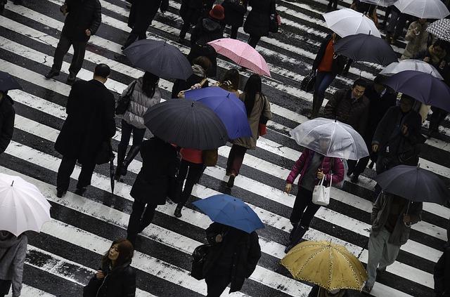 lidé v dešti