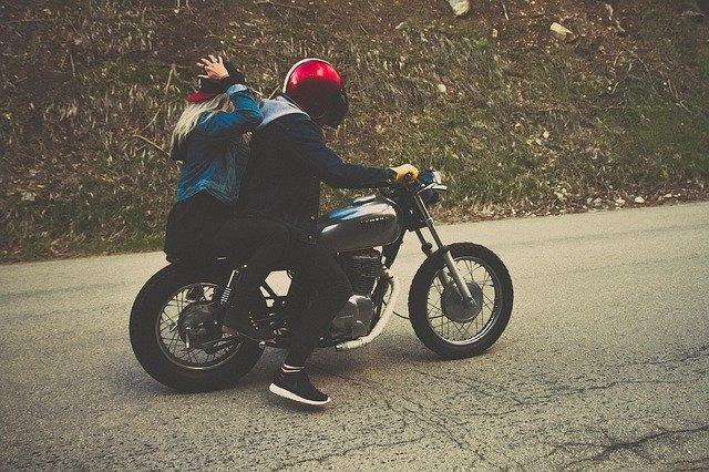 pár na motorce