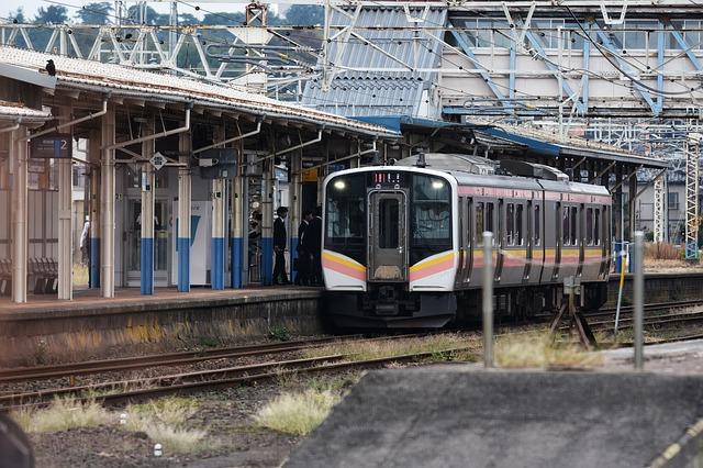 vlak na nástupišti
