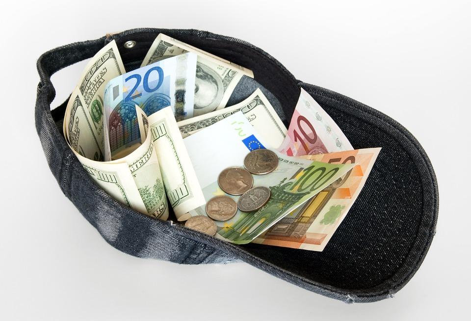 kšiltovka s penězi